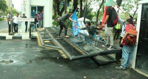 Demonstran Robohkan Pintu Gerbang DPRD Sumut