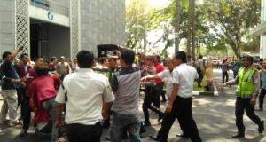 Demonstran Kecewa Gedung DPRD Sumut 'Kosong'