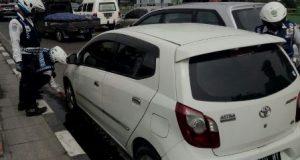 Petugas Dishub Medan Gembosi Mobil Parkir Sembarangan