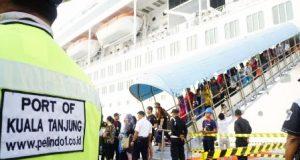 Kapal Pesiar Superstar Libra Singgahi Kuala Tanjung