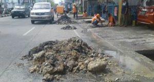 Dinas PU Normalisasi Drainase di Jalan Sisingamangaraja