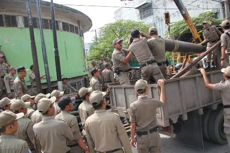 Satpol PP Sita Tumpukan Besi di Jalan Mahkamah