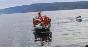 Penyelam Basarnas Cari Penumpang Tenggelam di Danau Toba