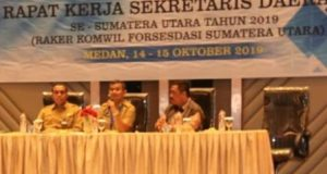 Sekretaris Daerah (Sekda) Kota Medan Wiriya Alrahman (tengah) menyampaikan paparan pada rapat kerja (Raker) Sekda se-Sumut tahun 2019, di Medan, Senin (14/10). (Foto: LintasMedan/ist)